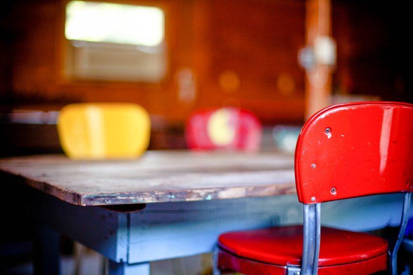 Jak odrestaurować stary stół z drewna?